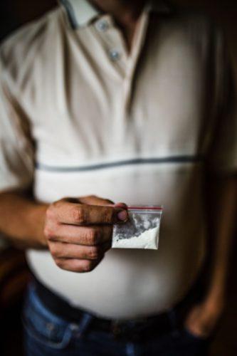 Charakterystyczny woreczek dilerski z białym proszkiem - kokainą