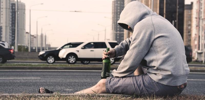 Jazda pod wpływem alkoholu często oznacza zatrzymanie i utratę prawa jazdy.