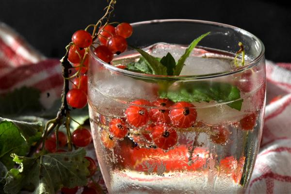 Właściwa dieta powinna zawierać dużo warzyw i owoców, a mało słodyczy i produktów przetworzonych,
